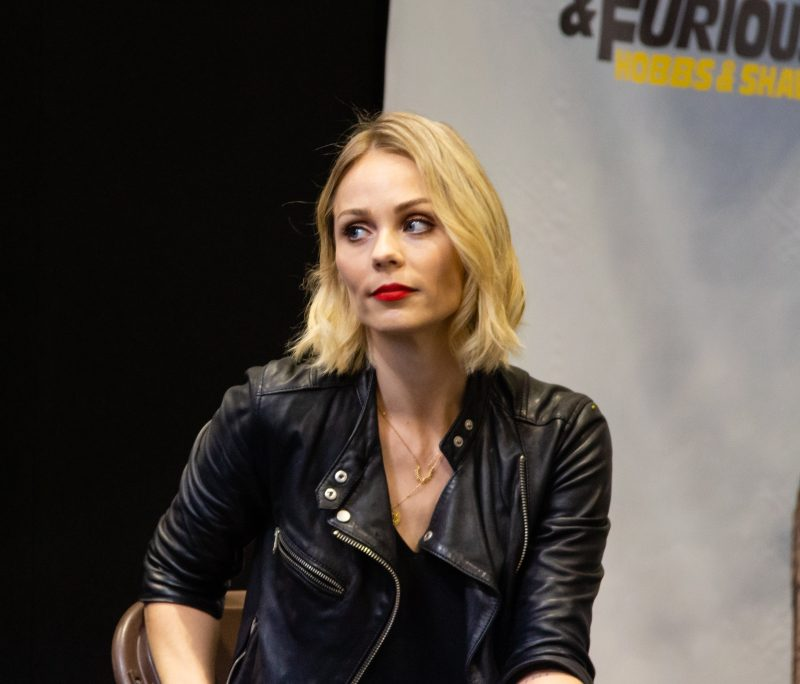 Laura Vandervoort on a panel at Collectormania 26